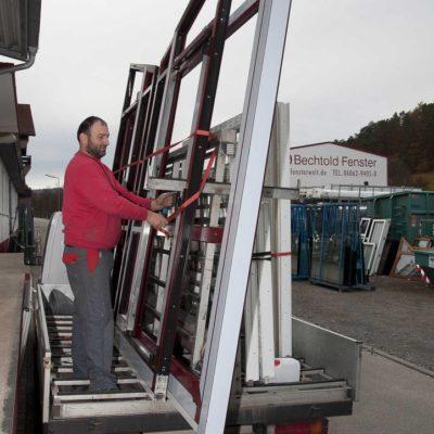 Ein Mann auf einem Kleintransporter vor der Firma Bechtold Fensterwelt